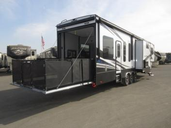 2018 - 44 ft Voltage 4005 Toyhauler